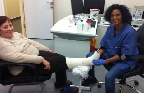 האחות שפיתחה שיטה לטיפול בפצעים קשים – והצילה מאות חולים מכריתת איברים